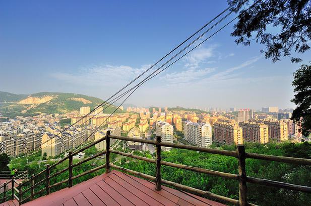 半山转弯处,凭栏远望,金碧辉煌。落日熔金是个词,晨日可以给城市披金呢。造个词:晨日披金如何。