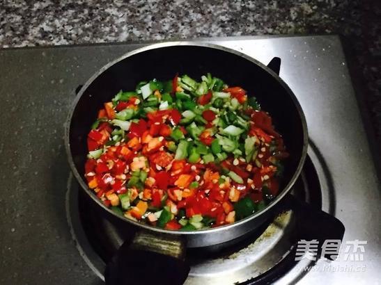 另起一锅放少许油放入适量的剁椒酱和葱花小火炒香,然后淋在带鱼上即可