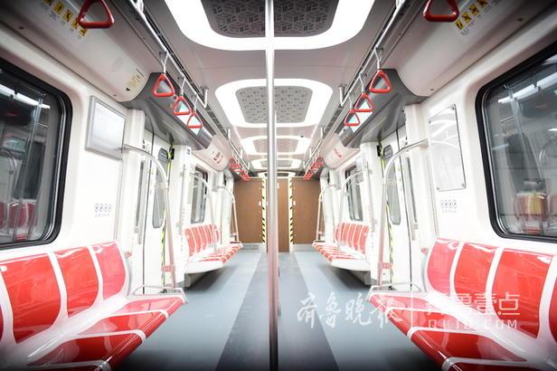 14日上午,在青岛地铁五四广场站内,与地铁3号线可以同站台换乘的地铁2号线正在空载试运行,每隔10分钟就有一辆2号线的列车呼啸而过,记者注意到,与3号线的车型虽然同为B型地铁列车,2号线的列车车身颜色不再是3号线的海蓝色而是为红白相间,非常醒目和喜庆。