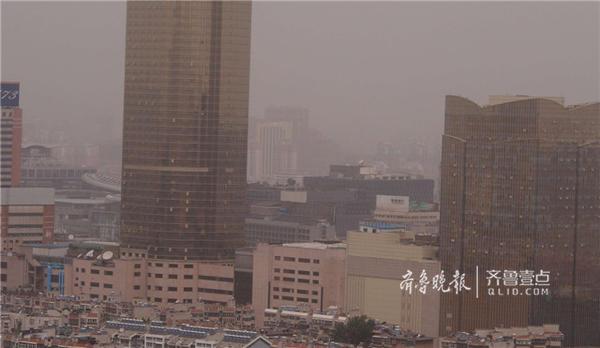 5月5日上午10点30分,济南市区沙尘弥漫,空气质量急剧下降,达到了严重污染水平,记者发现,济南的aq i(实时空气质量指数)超过三百。这场从北方刮来的沙尘大风,已经波及到了济南。 (齐鲁晚报·齐鲁壹点记者 周青先 摄)