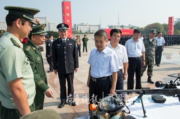 市委书记、市人大常委会主任李同道,市委副书记、市长李峰等市党政领导检阅了警力方队、特种车辆方阵和警用装备。