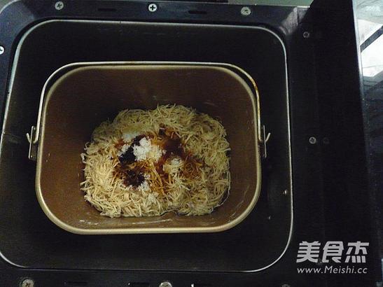 放入面包桶内,启动果酱程序(有的面包机有肉松程序,直接用肉松程序即可)