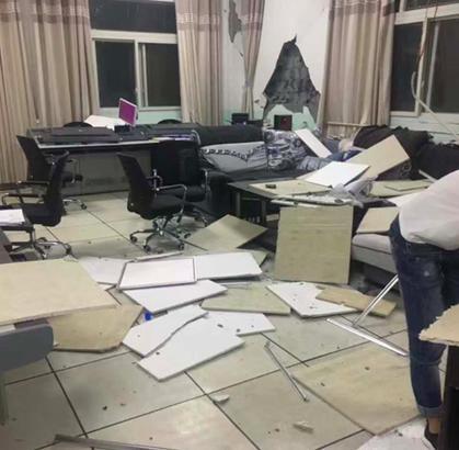 地震发生后当地一办公室一片狼藉。
