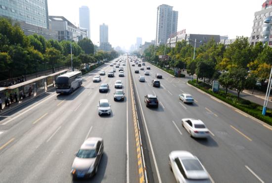 经十路是济南的东西主干道,创城工作开展以来交通更加通畅。(舜网)