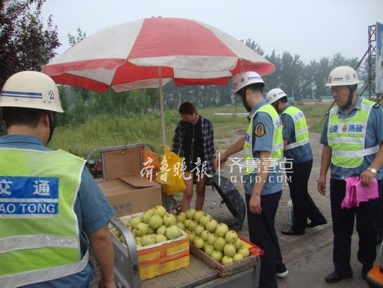 针对这一情况,滕州公路局联合柴胡店镇政府对省道山官线公路沿线的售梨摊点进行集中整治。