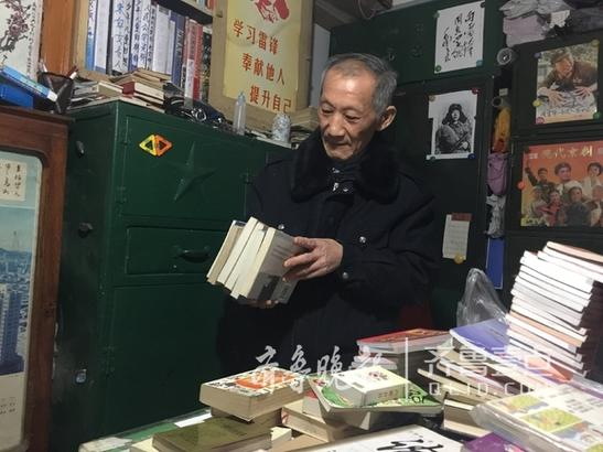 56年前,他16岁,买的人生第一本课外书,是俄罗斯名著《白痴》,这本书对于他来说无比珍贵。他深知生长在贫困农村家庭的孩子对知识的渴望。