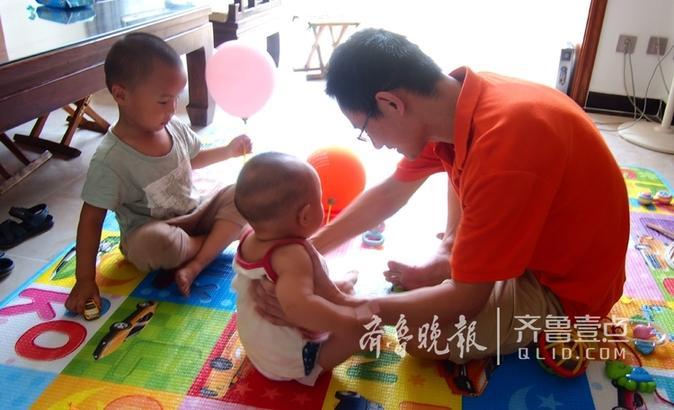 6月17日,济南未来城一个小家庭,添了二胎的好爸潘士宝被两个活泼可爱的小宝宝忙晕头,从换尿布到喂奶粉到做游戏,没有一分钟的空闲,典型的累并快乐着。