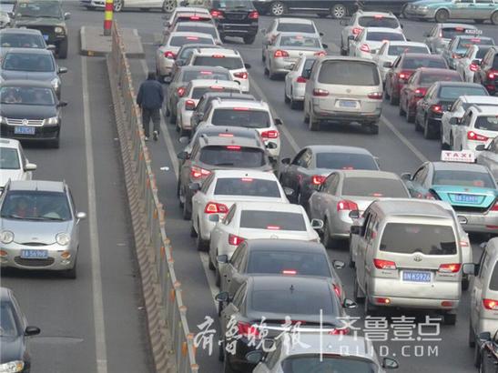 12日下午三点半,济南经十路山师大南门路段拥堵严重,两个红绿灯之间没有明显界限。齐鲁晚报·齐鲁壹点 记者左庆摄