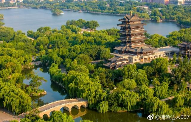 碧波荡漾、风光秀美的大明湖成为泉城济南一张靓丽的城市名片,也成为市民和游客休闲、游玩的好去处。(@捕鱼达人007)编辑:小明